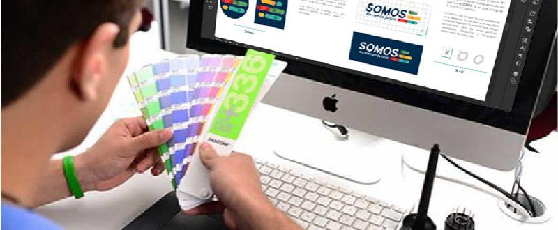 Diseñador con paleta de colores y computador en illustrator